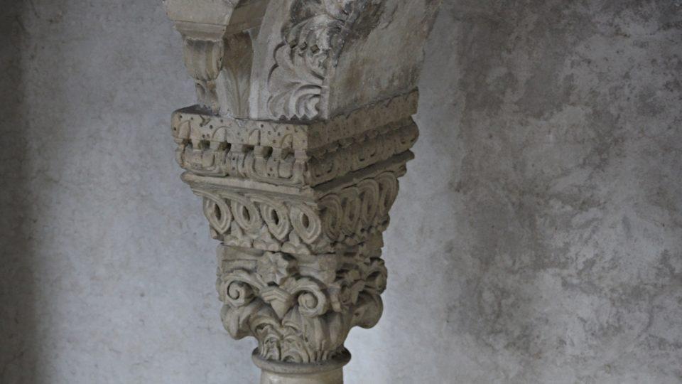 Hlavice románského okna ve Zdíkově paláci