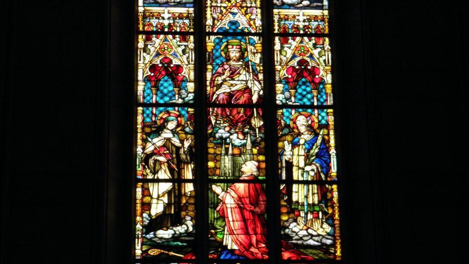 Čelní vitráž s kardinálem Fürstenbergem, který předává katedrálu sv. Václavovi