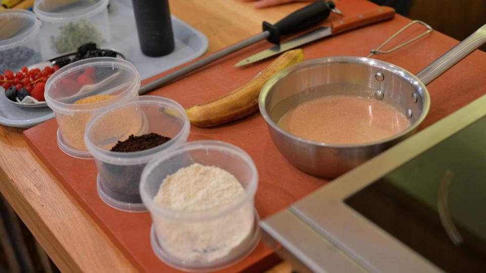 Netradiční suroviny jako prach z bílé čokolády nebo čokoládová zemina