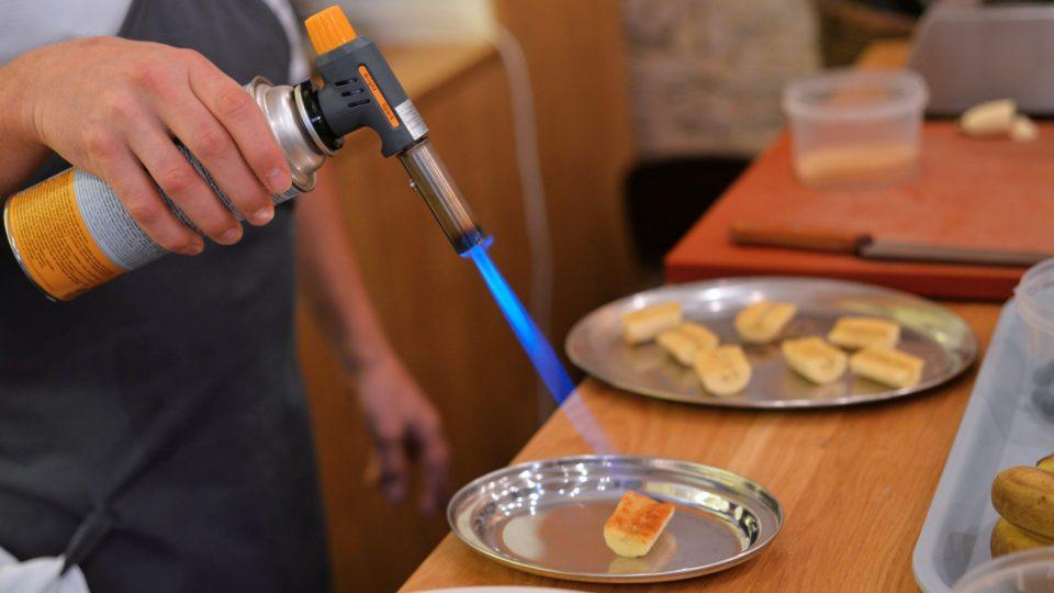 Poté cukr buď nechte zkaramelizovat na malé vrstvě másla na rozehřáté pánvičce, nebo bez másla opalte cukrářskou pistolí