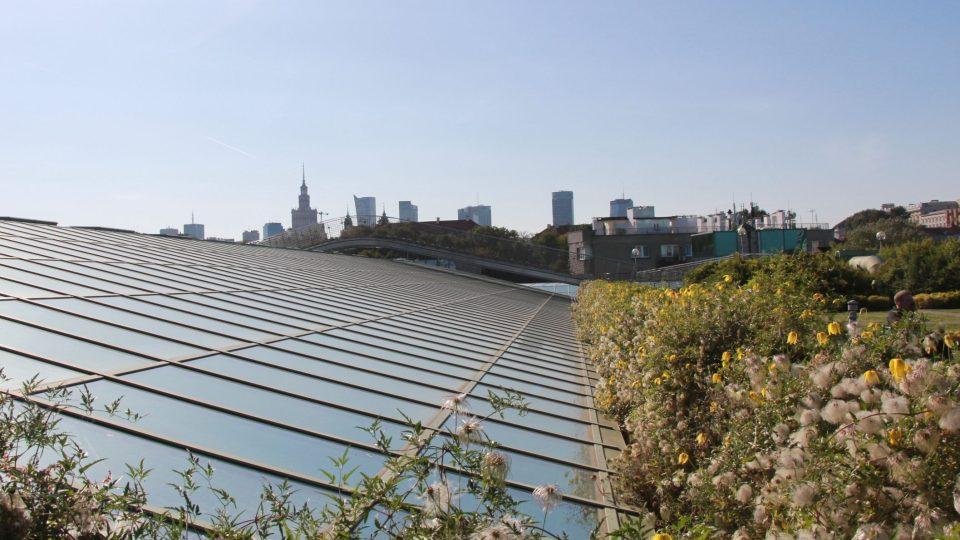 Výhled ze střešní zahrady na varšavské panorama