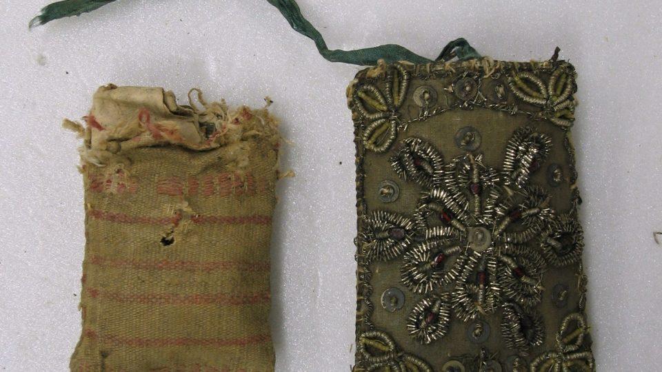 Vnitřní škapulířový sáček z hrubé tkaniny spolu s vnějším hedvábným a dracounem vyšívaným obalem, zdobeným korálky a flitry. Počátek 19. století