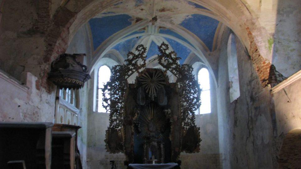 Interiér s hlavním oltářem před restaurováním