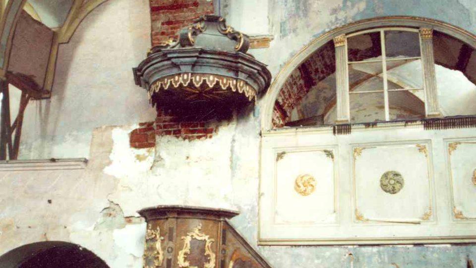 Interiér s kazatelnou a oratoří před restaurováním