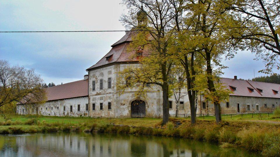 Z ruiny barokní skvost se zajímavými expozicemi. To je naděje hospodářského dvora Hubenov u Kralovic. Majitel chce památku se Santiniho rukopisem kompletně rekonstruovat
