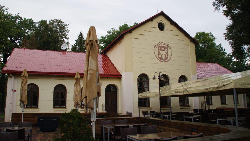 Restaurace v centru parku navazuje na starší búdu, která sem lákala už před 150 lety