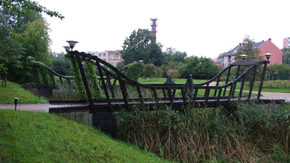 Součástí mobiliáře jsou i tyto exotické mosty
