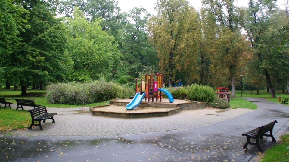 V parku nechybí ani dětská hřiště