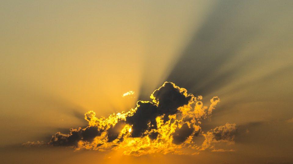 Mraky a prosvítající slunce