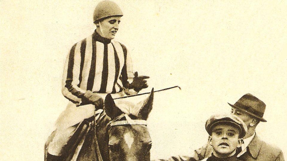 Lata Brandisová jako jediná žena dokázala zvítězit ve Velké pardubické v roce 1937