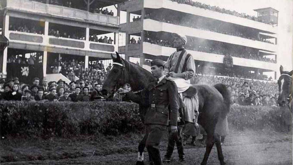 Vítěz Velké Pardubické z roku 1946 Miloš Svoboda z Pardubic s koněm Titanem