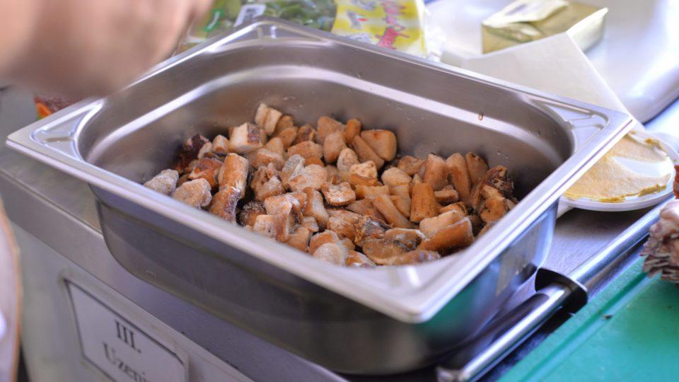 Do pekáče vložíme pokrájené houby