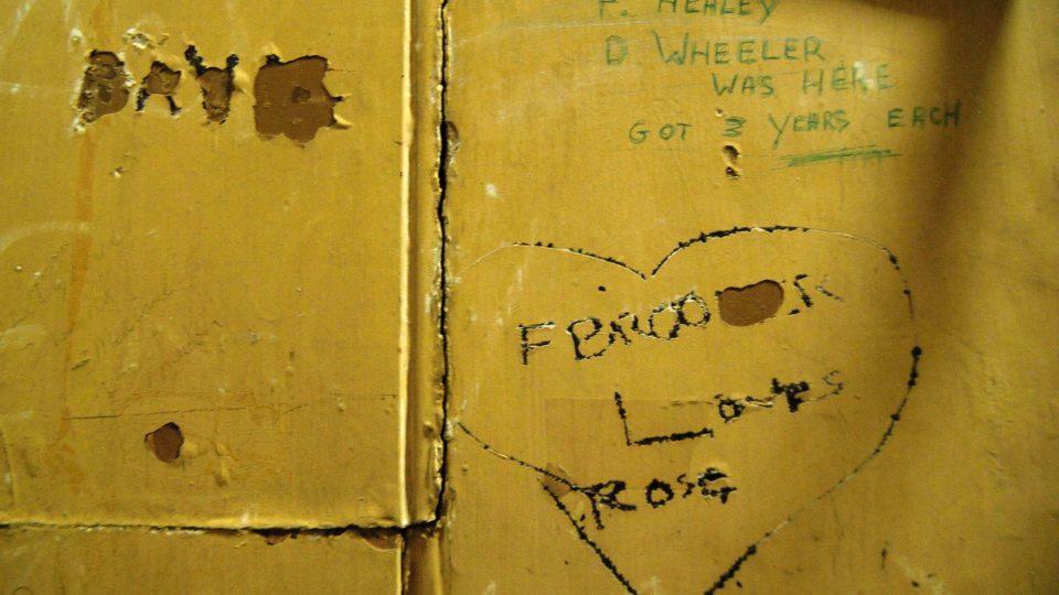 Potřeba vězňů zvěčnit svůj osud na stěnách cely je odvěká
