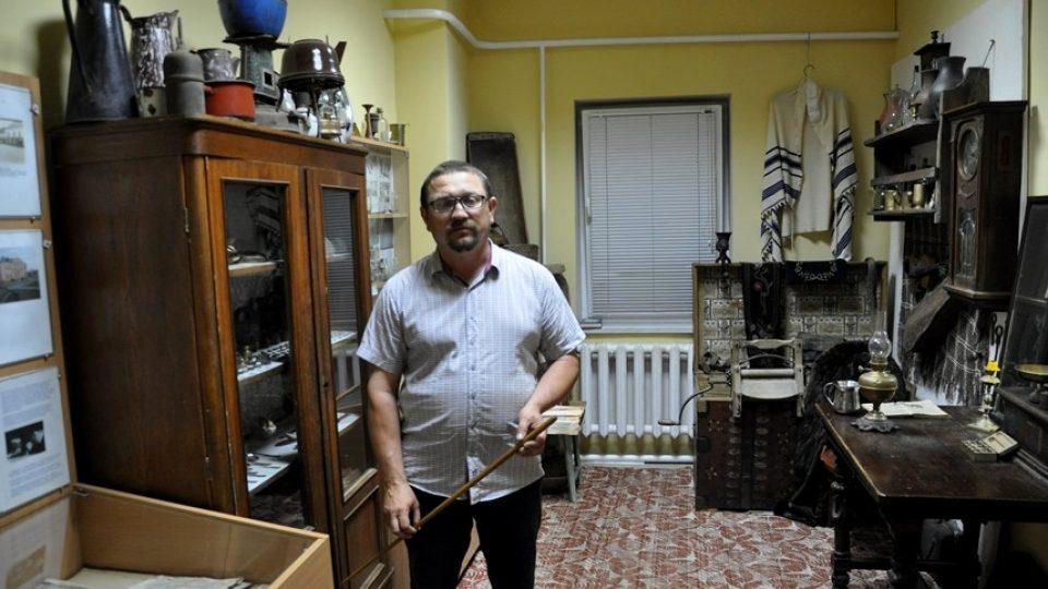 Viktor Sakyl ve svém malém muzeu běloruských Židů