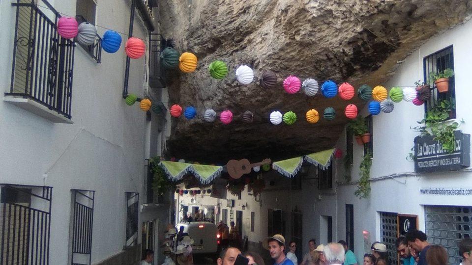 Kouzlo vesnice Setenil de las Bodegas objevuje stále více turistů