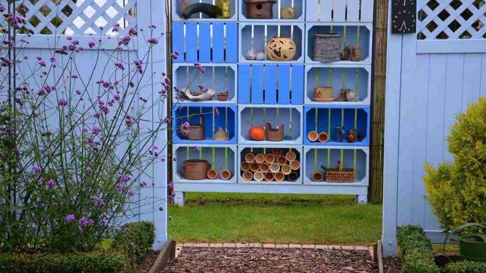 Zahrada Jaroslava Vintra v Mladošovicích zaujme mimo jiné modrým plotem