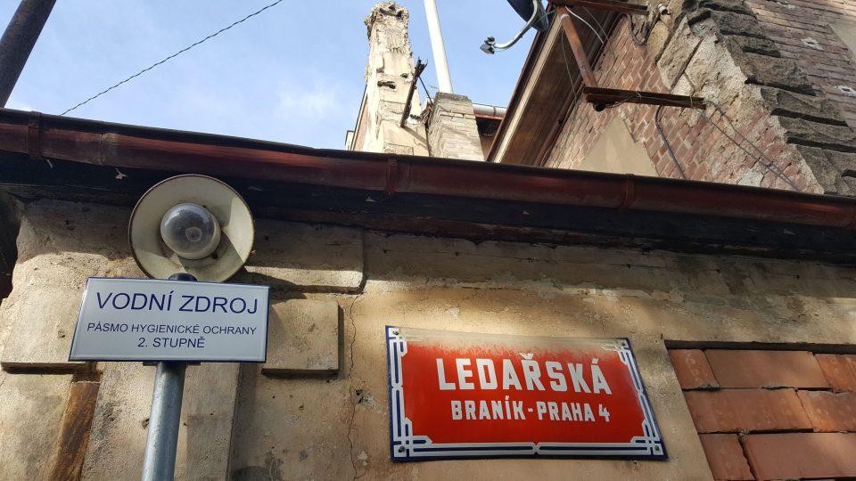 V Ledařské ulici, mezi Branickým a Barrandovským mostem, stojí ojedinělá technická památka