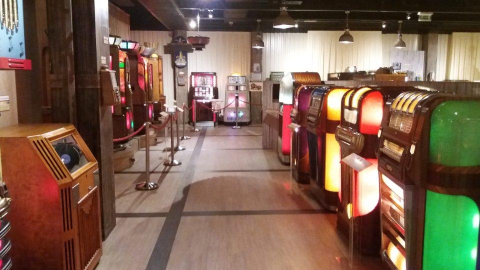 V muzeu je k viděná bezmála sedm stovek jukeboxů