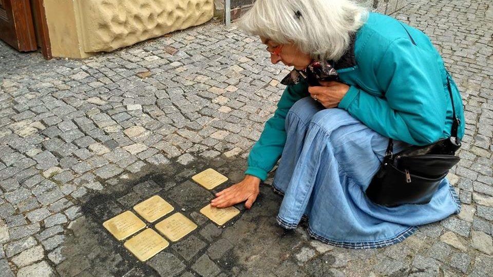 Kameny mají připomínat, že v domech, před kterými jsou umístěny, kdysi žili lidé, kteří se nevrátili z koncentračních táborů