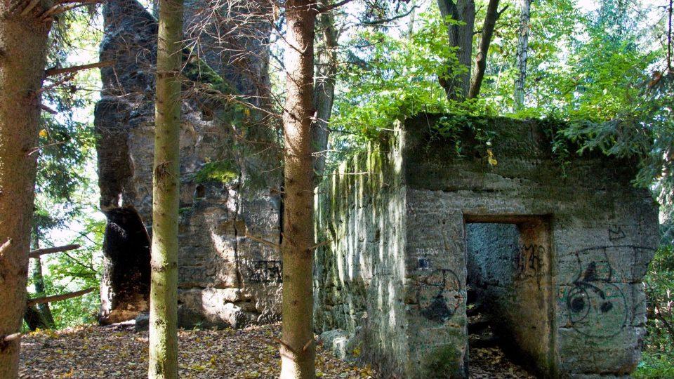 Jiljov se skládá ze dvou skalních bloků