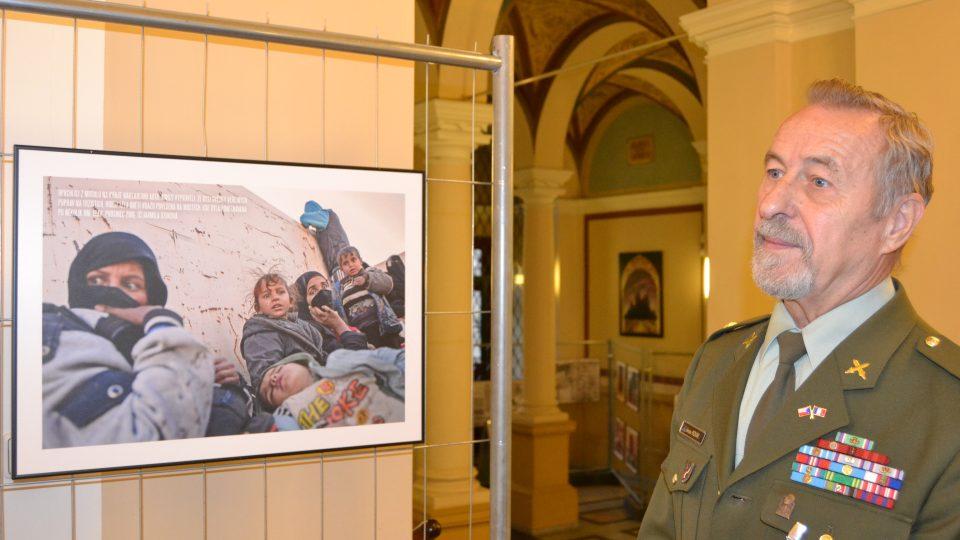 """Kustodem výstavy """"Ten druhý život"""" je Jaroslav Novák, válečný veterán z bývalé Jugoslávie"""