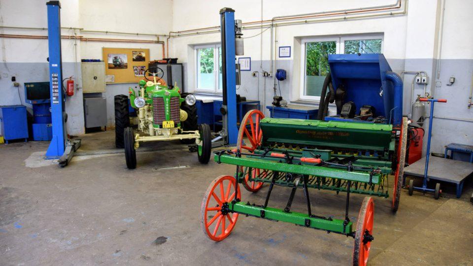 Výstava zemědělské techniky v areálu školy