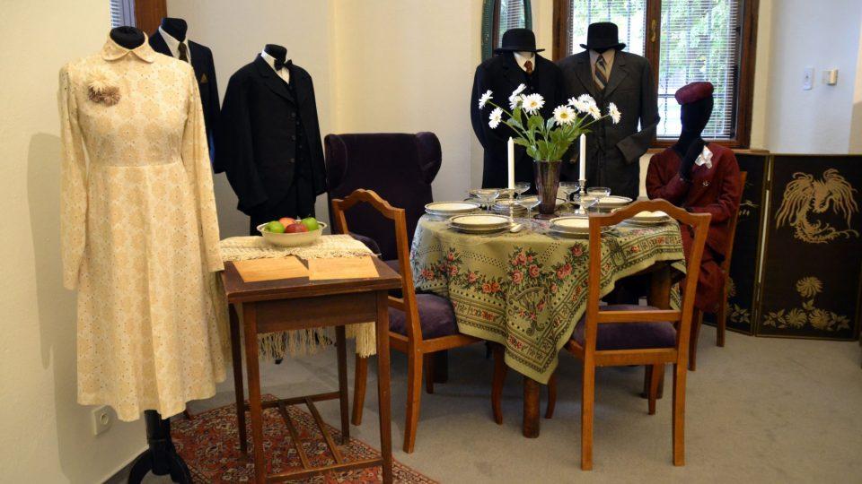 Návštěvníci postupně projdou jídelnou, ložnicí, policejní stanicí, kuchyní, kavárnou, lékařskou ordinací a nakonec obývacím pokojem pana továrníka