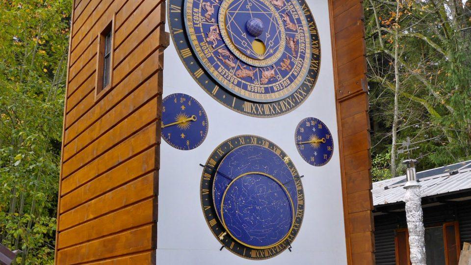 Orloj je pět metrů vysoký s půdorysem dva na dva metry