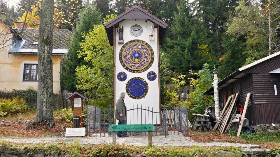 Šumava má svůj orloj. Stojí v Hojsově Stráži