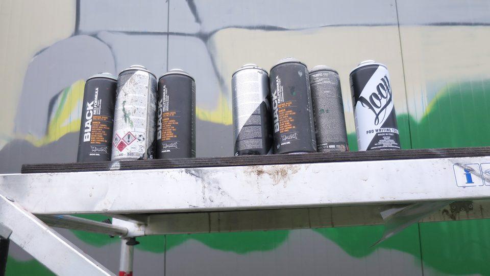 Tři sprejeři na vyzdobení zdi vypotřebovali přibližně 800 sprejů