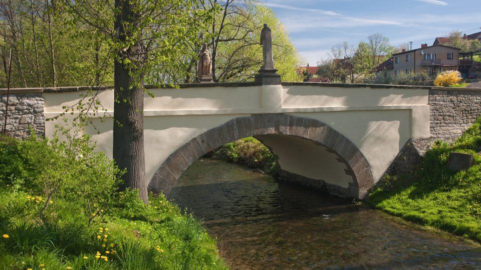 Kamenný most vede z centra obce do historicky nejstarší části z 12. století