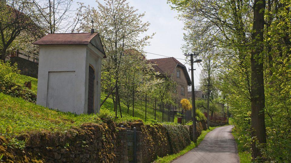 Malebná cesta podél údolí v Osíku