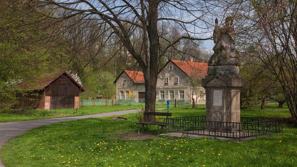 Socha Jana Nepomuckého je nejstarší sochou v Osíku, nedalako ní je jedna z deseti studánek