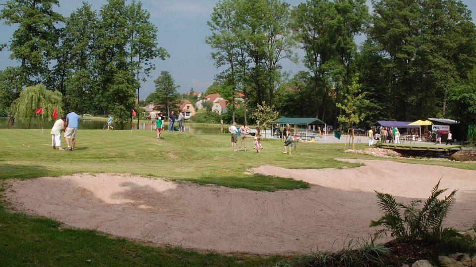 Uprostřed obce mají v Osíku golfové hřiště, je asi nejmenší v republice