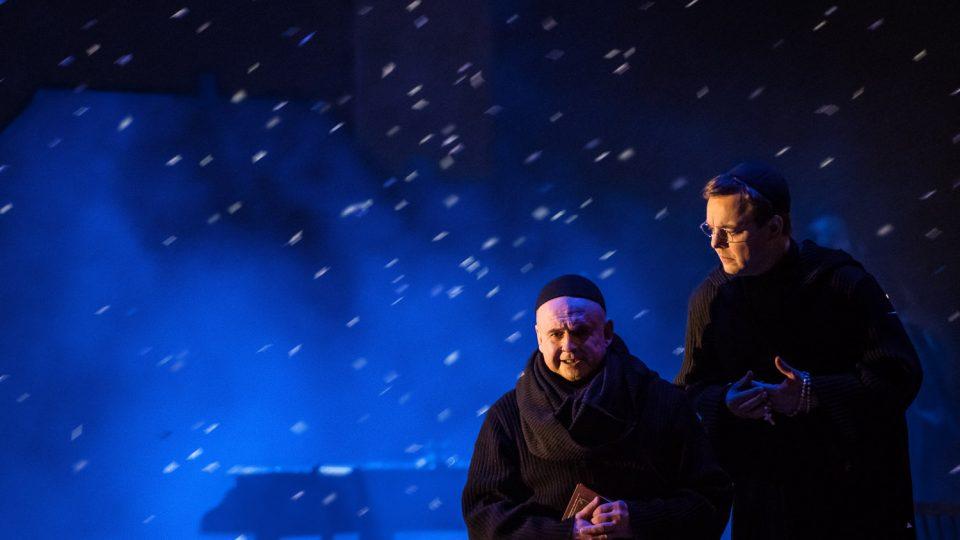 Plzeňské Divadlo J. K. Tyla uvede světovou premiéru opery Jakub Jan Ryba. Jiří Kubík (Kašpar Zachar, rožmitálský farář), Jan Ondráček (František Česaný, Kaplan)