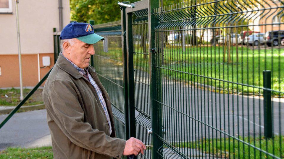 Obyvatel domu Václav Slováček otevírá branku
