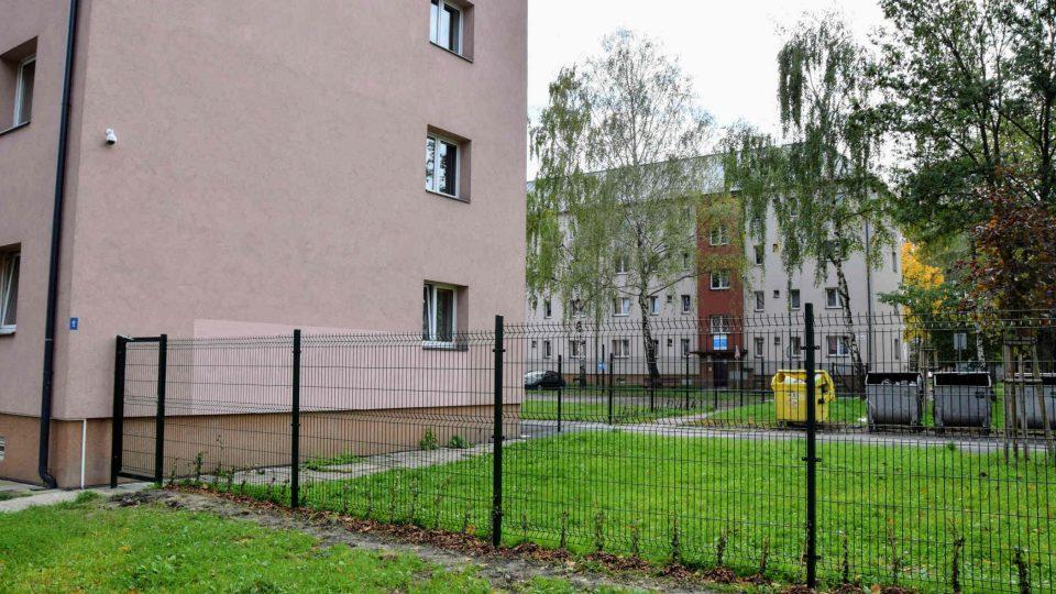 Plot ohraničuje plochu s více než 200 byty