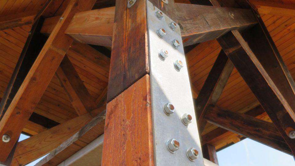 Milada je dřevěná s ocelovými prvky