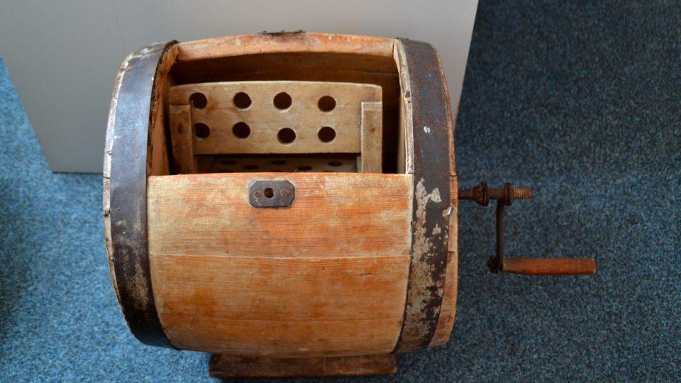 Obvykle bývala nádoba na stloukání másla dřevěná, zpevněná na obvodu obručemi a vyráběl ji bednář