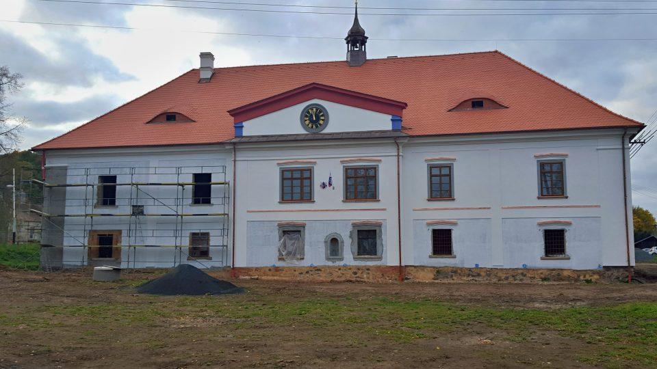 Zámek v Chocenicích zachraňuje nový majitel, který se rozhodl historickou památku opravit a vrátit jí původní podobu