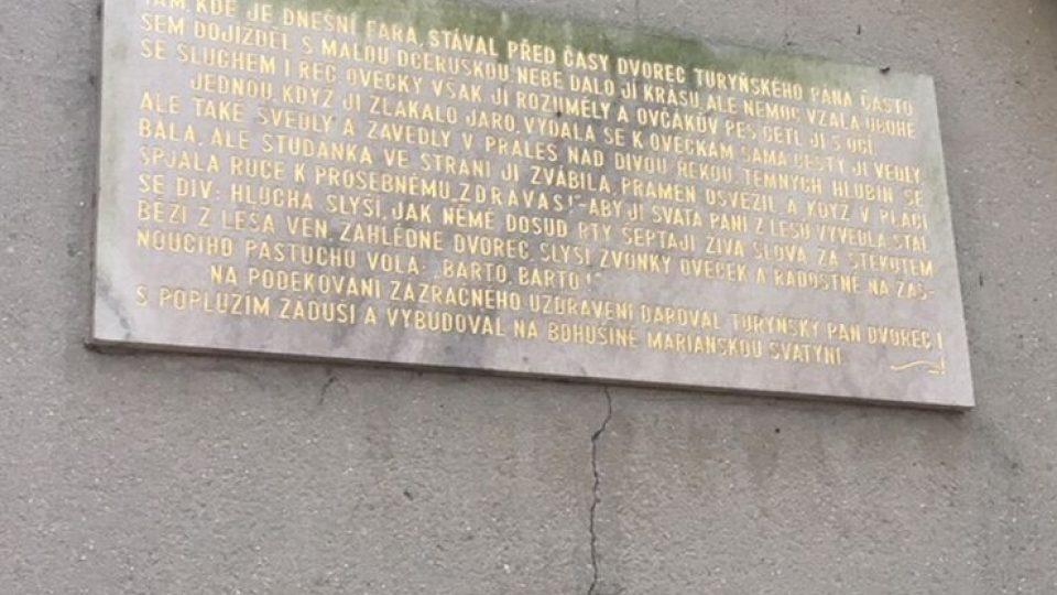 Ve Slatině nad Úpou chátrá kaplička známá i z děl Němcové a Jiráska. Oficiálně vlastně neexistuje