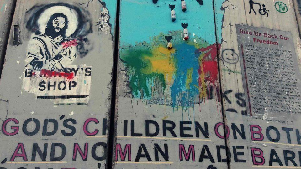 Mír, láska, válka - to jsou nejčastější témata vyobrazení na zdi  mezi Izraelem a Palestinou
