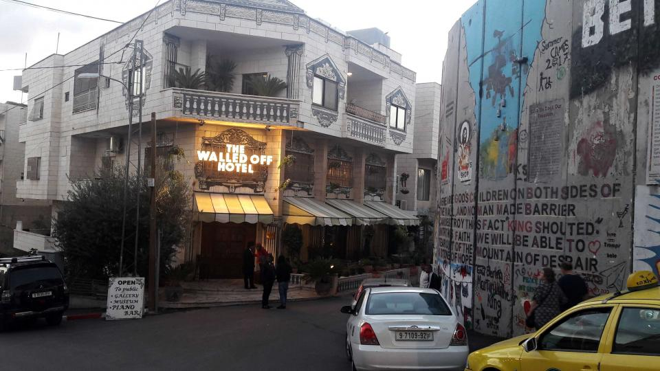 Banksyho Obezděný hotel se pyšní údajně nejošklivějším výhledem na světě
