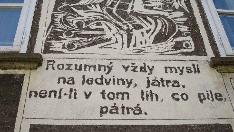 Detail výzdoby Váchalovy uličky v Litomyšli