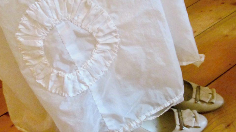 Detail poválečných šatů ušitých z padáku
