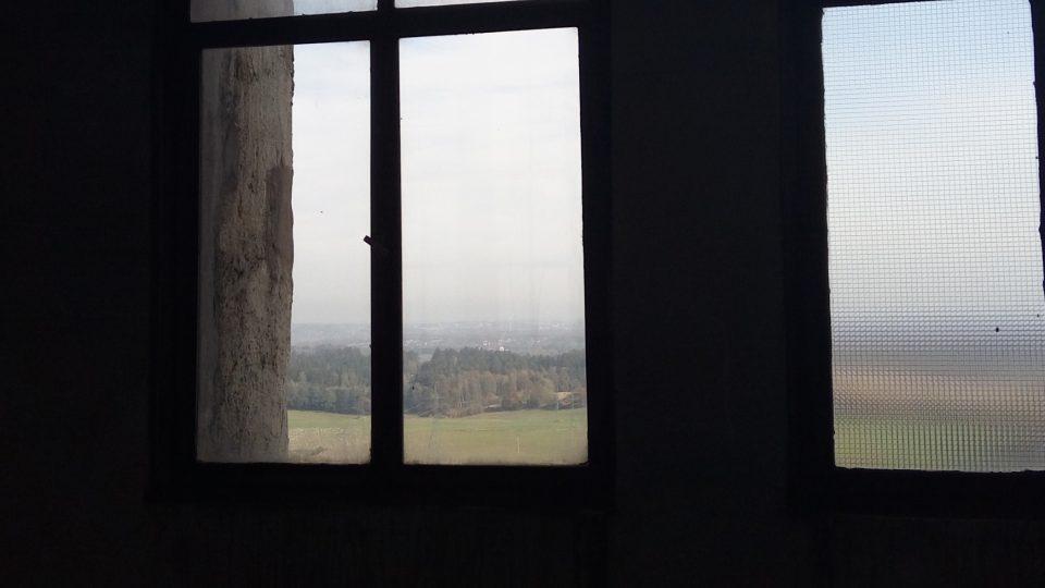 Ve věži dolu