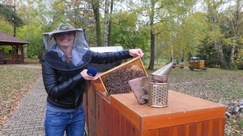 Redaktorka Tereza Brázdová si při natáčení některé včelařské činnosti vyzkoušela