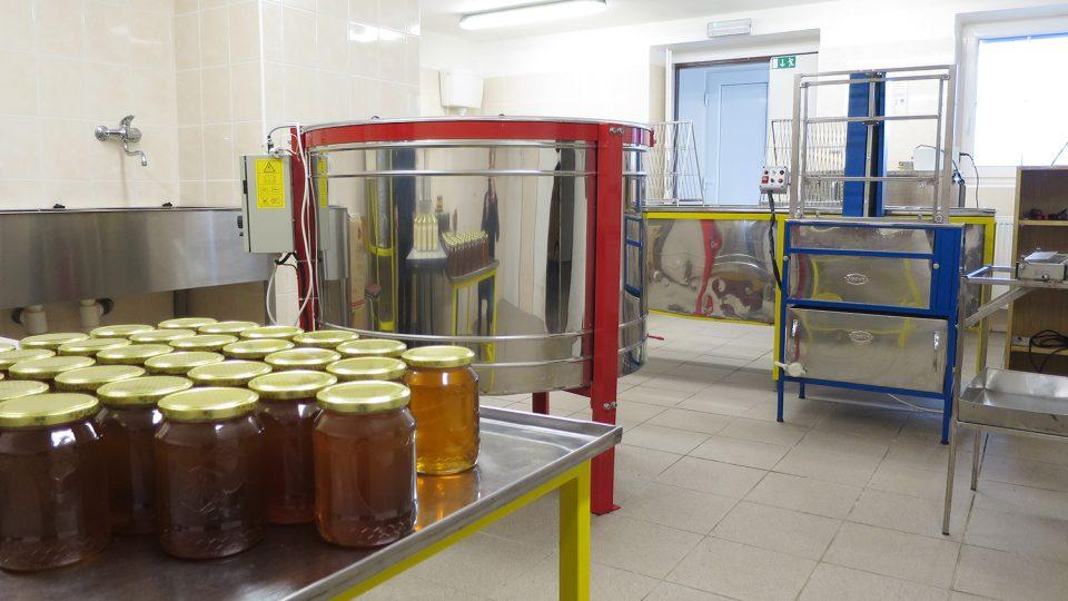Med se stáčí v takzvané medárně