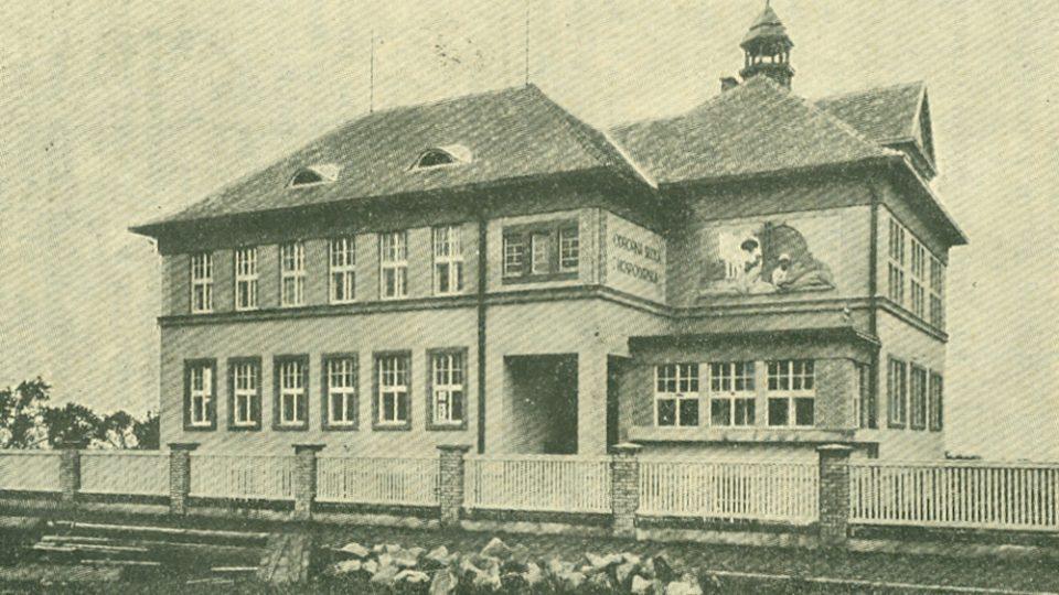 Budova včelařského učiliště na historické fotografii
