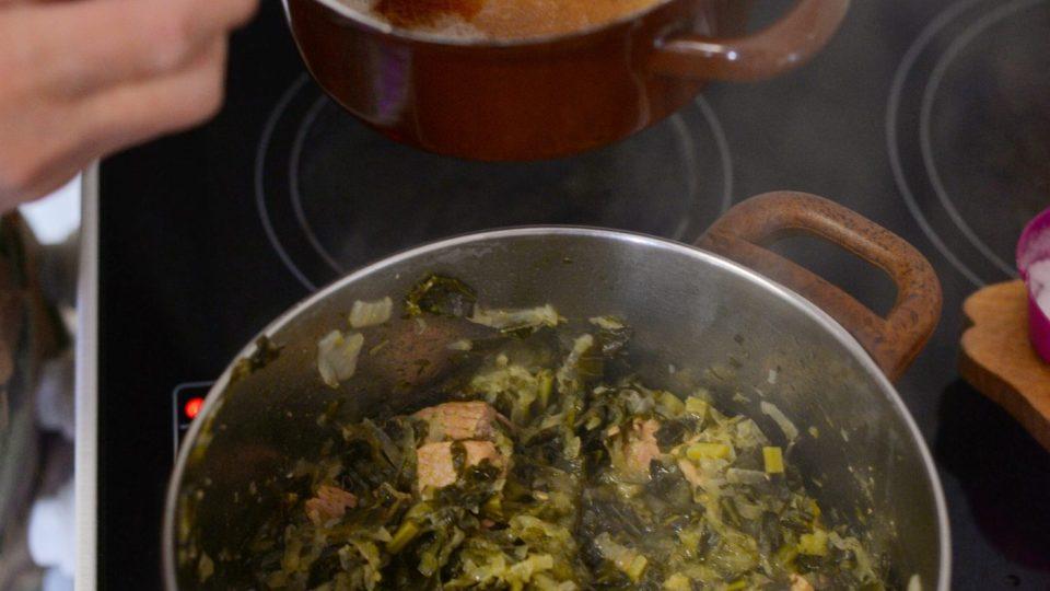 Poté zahustíme omáčku světlou jíškou (opražíme 70 g hladké mouky na 70 g másla)